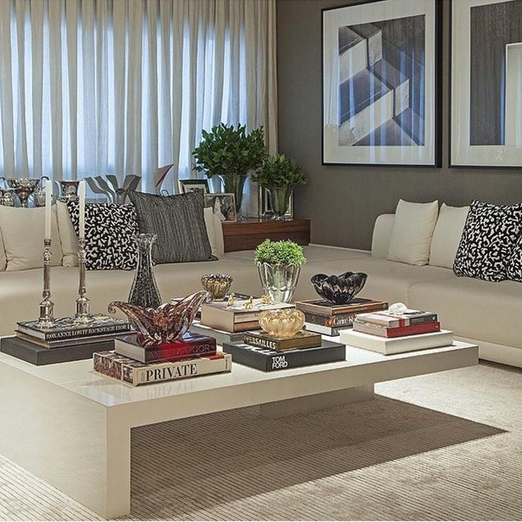"""""""Nada como um centro bem decorado. Para alegrar o fim da tarde que se aproxima e lembrar do aconchego do nosso lar. Via Christina Hamoui. #sala #livingroom…"""""""