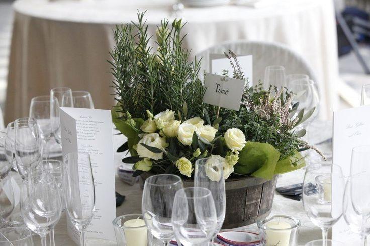 décoration florale pour table de mariage en automne en roses blanches et herbes aromatiques