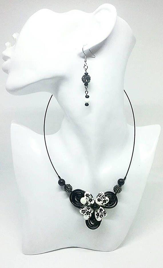 Retrouvez cet article dans ma boutique Etsy https://www.etsy.com/ca-fr/listing/538193289/collier-colore-collier-noir-collier