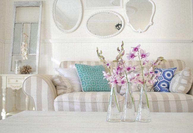 shabby chic stil wohnzimmer vasen helle farben spiegelrahmen