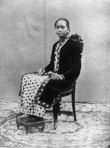 Een Raden Ajoe van het hof van Sultan Hamengkoe Boewono VI van Djogjakarta Midden-Java