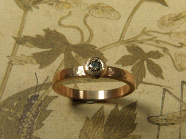* engagement ring   oogst-sieraden * Verlovingsring * Roodgouden ring met hamerslag en 0,10 crt briljant geslepen diamant natuurlijk bruin in bolle roodgouden zetting * 785 euro *