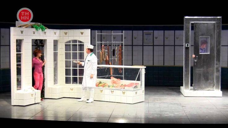 Dänische Delikatessen (UA)  Uraufführung Komödie nach dem Film von Anders Thomas Jensen von Florian Battermann und Jan Bodinus Svend und Bjarne eröffnen ihre eigene Metzgerei. Ein schickes Schild prangt über dem Laden und die selbst gebratenen Bouletten duften als Probierhappen auf der Theke. Nur die Kunden fehlen. Die halten lieber Holger Holgersson dem alten Chef von Svend und Bjarne die Treue. Holgersson lässt es sich nicht nehmen im Laden seiner früheren Mitarbeiter vorbeizuschauen und…