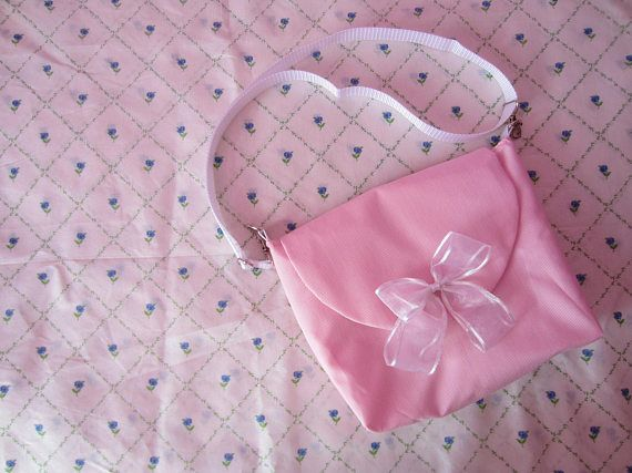 This bag was made for a DIY video: https://youtu.be/ALXdSXqwv8U  Since I dont have anything to match it, I decided to sell it. Measurements: 21 cm x 24 cm x 7 cm, with lining and interfacing, perfect to carry your cellphone and small books or notebooks. The bow was made out of organza ribbon. Since it has swivel hooks, you can change it to whatever bag you have, also, you can change its measurement (max. 115 cm).  Remember this is handmade, so need some extra care when washing....