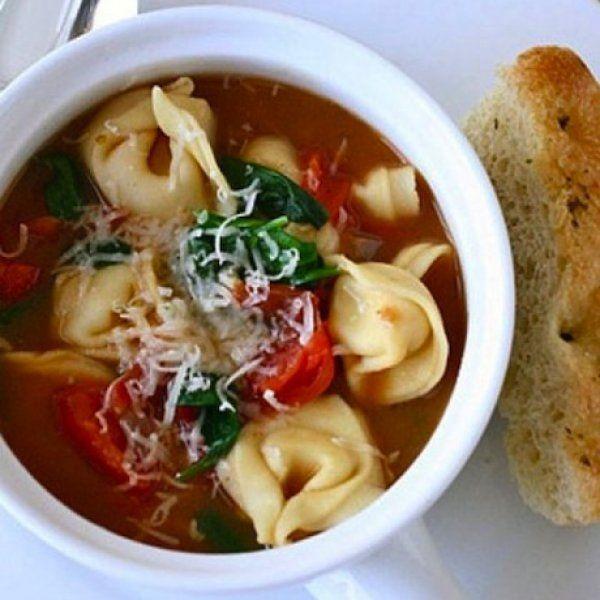 Τορτελίνια Σούπα είναι ένα εύκολο και γρήγορο φαγητό για όλες της εργαζόμενες μαμάδες.