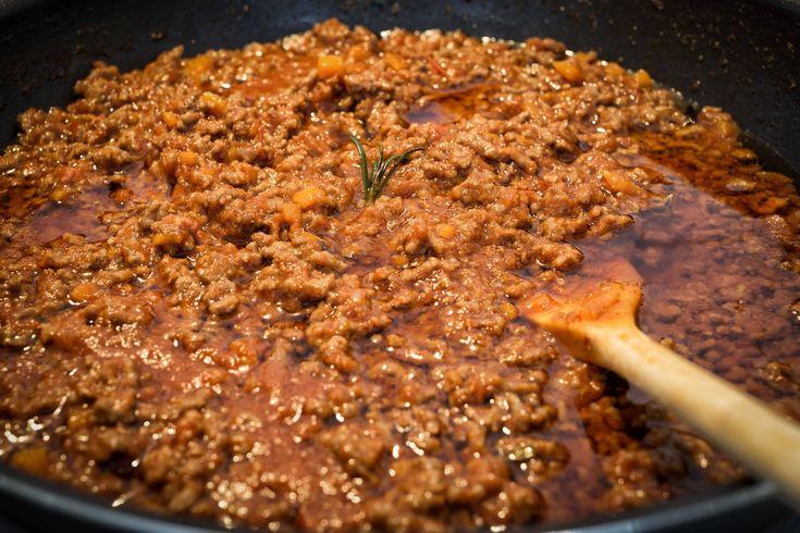 Il Ragù di Lepre è un sugo saporito perfetto per accompagnare un piatto di tagliatelle o pappardelle. Dal sapore selvatico e deciso, ecco come realizzarlo!