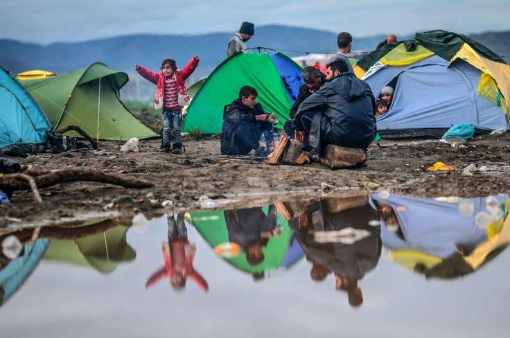 Rund 800 Flüchtlinge haben wegen der schlechten Bedingungen das Aufnahmelager in Idomeni an der griechisch-mazedonischen Grenze verlassen. Sie wollen endlich weiter Richtung Westeuropa. 11-3-2016 Still thousands of refugees massing in Idomeni to enter Macedonia