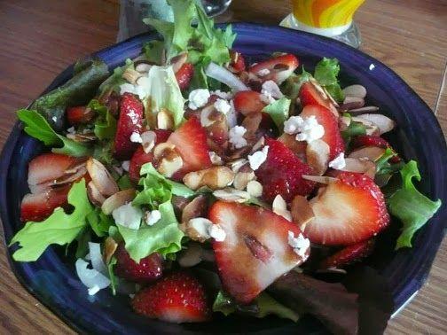 Essa e uma salada resfrescante, deliciosa e maravilhosa pra manter a forma! As vezes a preguica bate, ou o calor e demais pra ligar o fog...