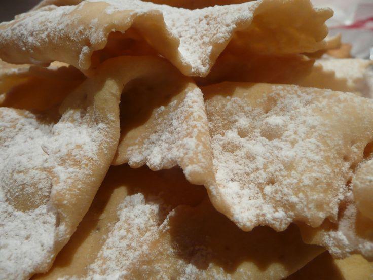 La ricetta dei galani veneziani. 500 grammi di farina- 100 grammi di zucchero- 40 grammi di burro- 2 uova- 100 millilitri di vino bianco- Buccia di un limone grattuggiata- 1 cucchiaio di rum. Far riposare la pasta il più possibile.