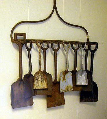 Cabeça de ancinho serve de apoio para coleção de pás.