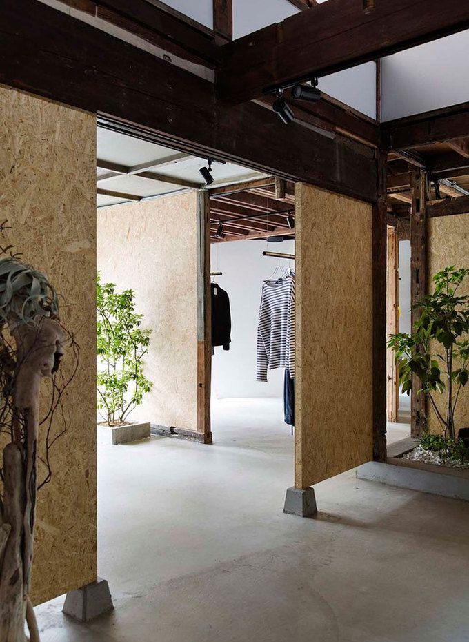 1940년대 시간을 고스란히 간직합니다. 재생합니다. 고유한 인자는 옷가게를 재구성하는 주요한 컨셉으로 최소한의 개입을 유도합니다. 여기에 OSB합판은 최소의 건축. 최소의 비용으로 과거와 현재; 옷가게를 연결합니다. this adaptive reuse project by studio201architects saw a single-level timber home transformed into a vintage clothing store. located in saitama city, japan, the existing building dates back..