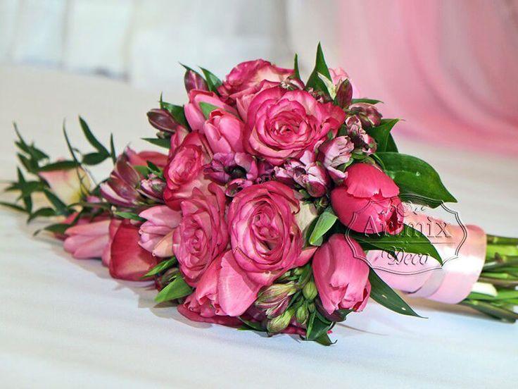 Букет невесты состоит из роз, тюльпанов, альстромерии, итальянского рускуса | Свадебная флористика
