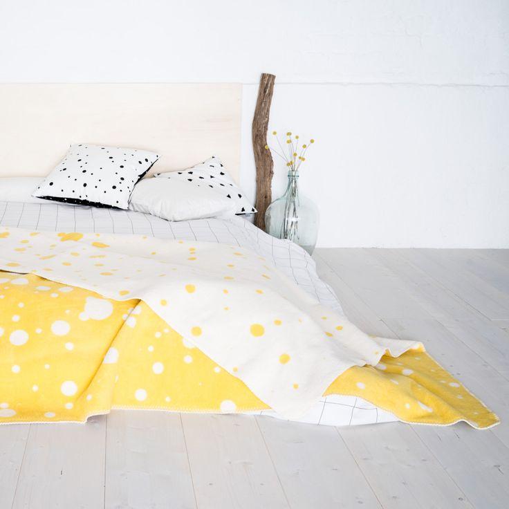 nice blanket freckles ist eine flauschige Decke für Bett und Sofa, für Klein und Groß, zum Wärmen und Kuscheln oder einfach als dekorativer Überwurf.  Die nice blanket wird nach unserem Entwurf aus Bio-Baumwolle in Deutschland hergestellt. Extra groß und super flauschig in schwarz-weiß.  Das Weiß ist naturbelassen und die Decken sind speichel- und schweiß-echt.   220x160cm // 100% Biobaumwolle kbA  Das Baumwollgarn kommt aus kontrolliert biologischen Anbau aus nachhaltigen Wirtschaften und…
