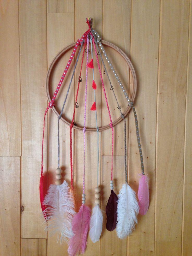 Dreamcatcher fait maison ! Cercle à broder, biais Liberty, liens cuirs, feutrines,breloque étoile, cage à oiseaux, pompon , perles en bois, plumes oies et autruches colorées