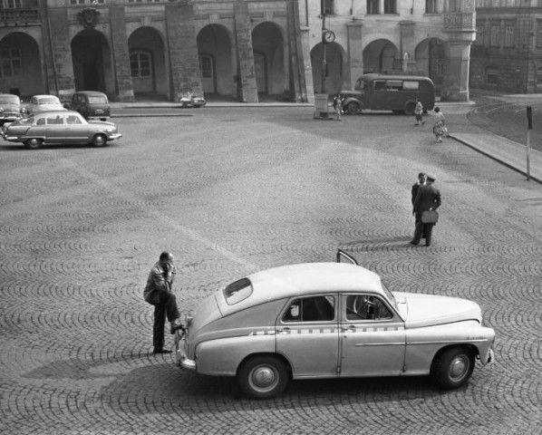 Čekající taxikář (1686), Praha, červenec 1962 • |black and white photograph, Prague|