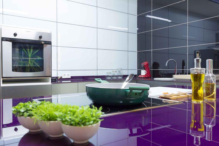 Revestimiento de pared en vidrio de Serastone para Cocina. Una idea muy limpia, elegante y práctica. Más info en: http://www.serastone.com/serastone-decoracion-avanzada/