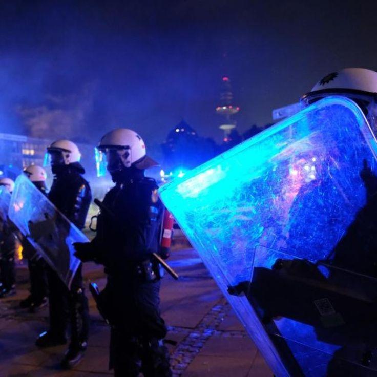 Polizisten mit Schutzschildern während der G20-Ausschreitungen. /Archiv