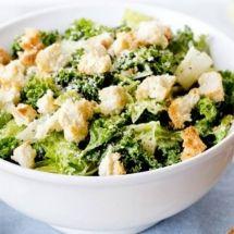 Salada caesar com alface romana e couve