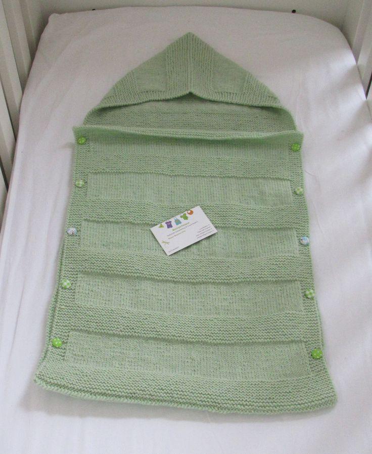 Licht groene slaapzakje. Mix van wol/acryl. voorzien van groene stoffen knoopjes.