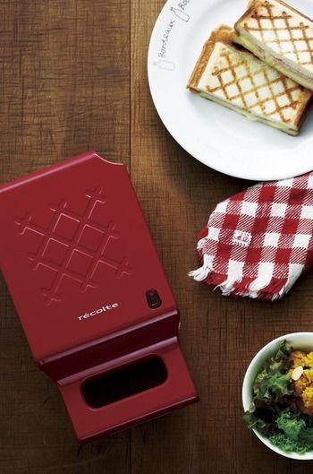 レコルト  おしゃれなキルト模様がトーストに焼き付けられる、ホットサンドメーカー。道具箱のようなキュートなデザインも◎