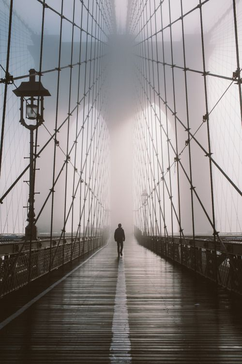 Photographie d'un pont, paysage citadin, noir et gris