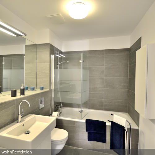Kleines badezimmer schwarz weiss grau schrage badezimmer for Glasfliesen bad