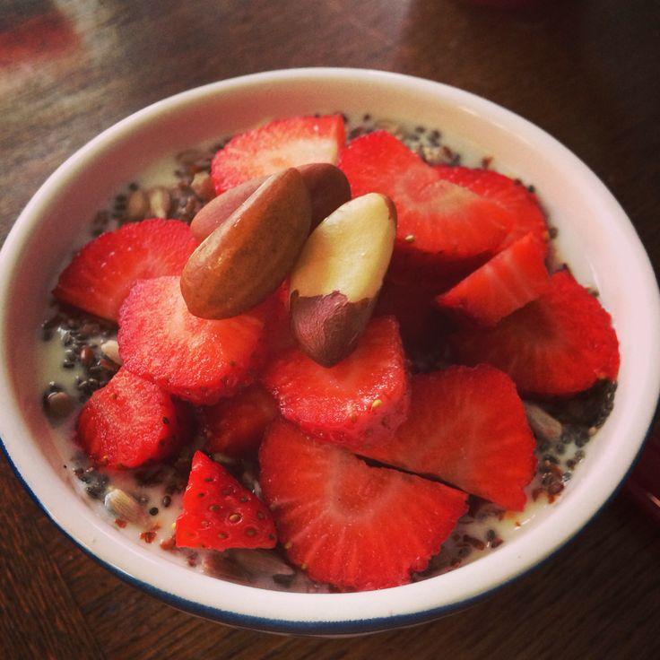Yoghurt met chiazaad, aardbeien en paranoten