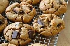 Cara Membuat Kukis Selai Kacang Coklat  Panaskan oven hingga 180 derajat celcius. Campur terigu dengan baking soda kemudian sisihkan. Campur selai kacang Gunakan wadah lain dengan mentega dan gula