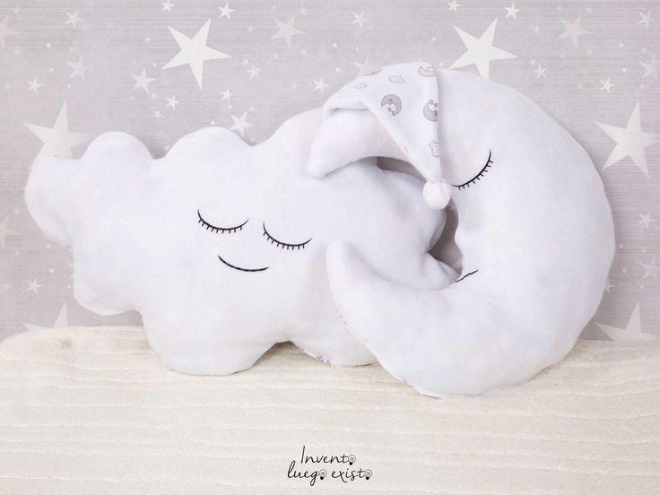 Conjunto cojines Nube y Luna. Que fácil es poder decir estoy en la luna o en las nubes en cuanto tengas este conjunto de cojines. ideales para acompañarpor la noche a los más peques, y conseguir que tengan dulces sueños. 30€