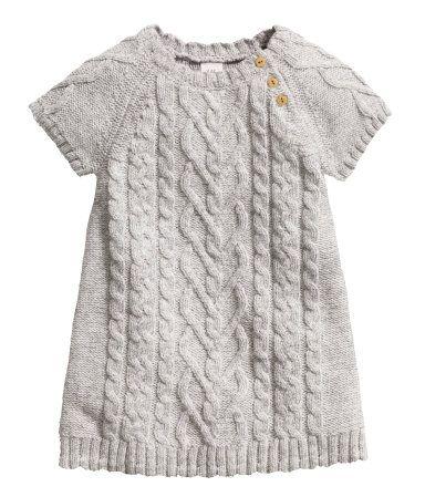 Vestido de punto fino en mezcla de algodón con lana en la trama. Punto de diseño en la parte delantera y en las mangas. Botones en un hombro. Mangas cortas.