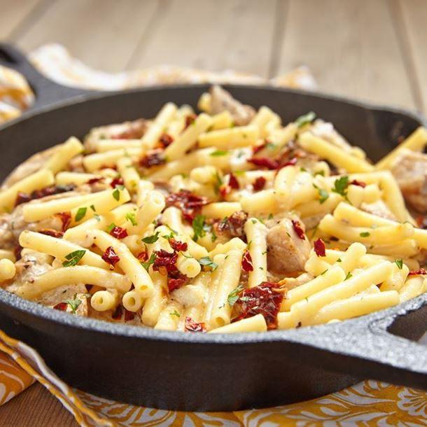 Macaronis poêlés au poulet et tomates séchées