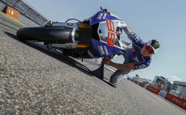 MotoGP Aragon 2013: quanto piega la Yamaha M1 di Lorenzo? MotoGP News - Qual è l'angolo di piega massimo raggiungibile da una MotoGP? Secondo i rilevamenti di Yamaha Jorge Lorenzo raggiunge i 64°, un dato ancora più impressionante se mostrato da fermi, guardate le foto - See more at: http://www.insella.it/sport/motogp-aragon-2013-yamaha-m1-jorge-lorenzo-piega#sthash.d5VEEIbJ.dpuf