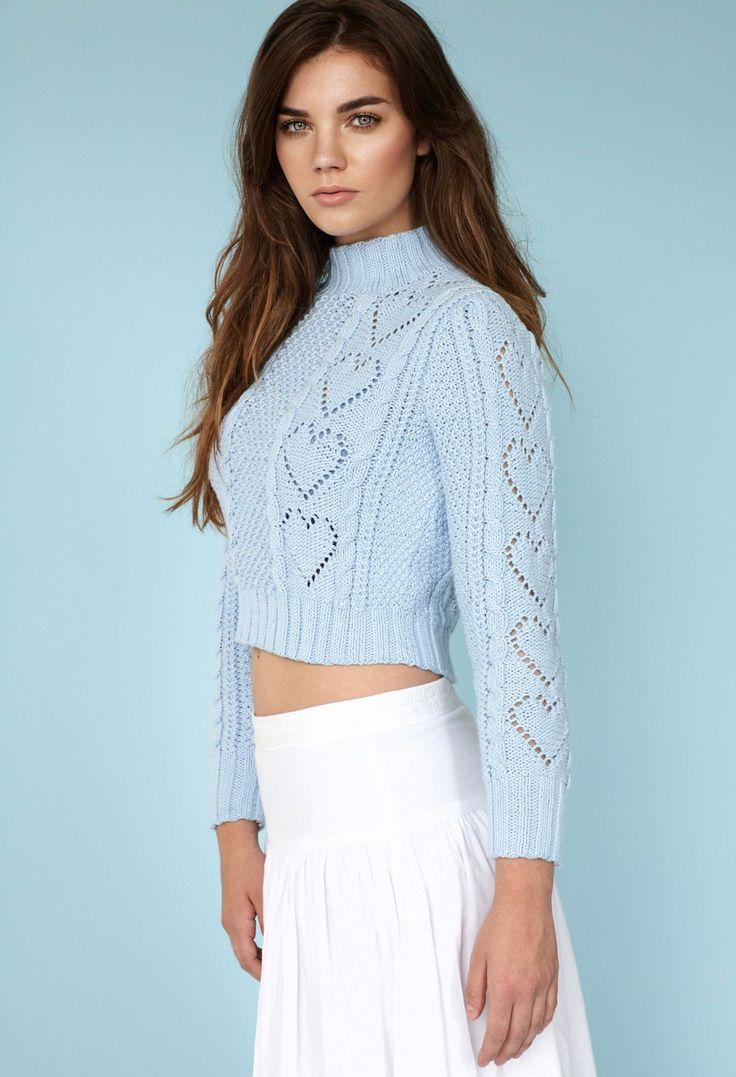 Короткий свитер спицами со схемой ажурных сердечек