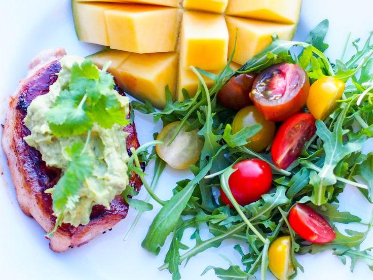 Middag. 1 Svinekotelett med guacemole og mango. Denne bloggen kan snart omdøpes til bakebloggen, men nå er det skjerpings! Jeg snapper jo...