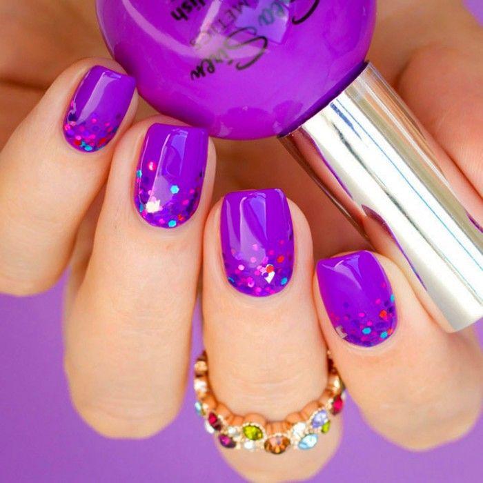 Diseño de uñas color morado con glitter color rosa
