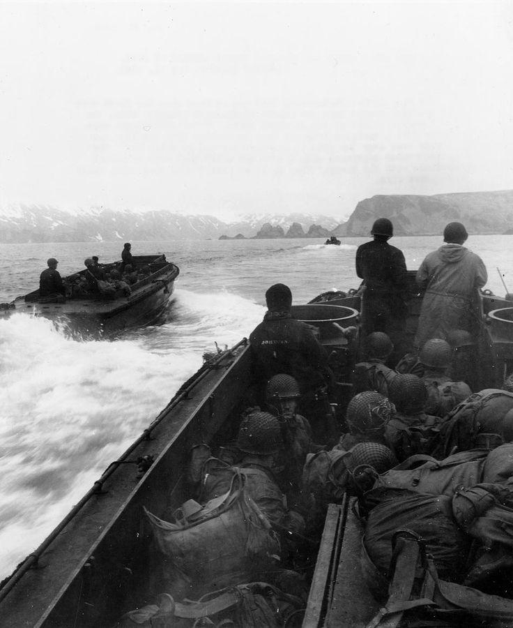 7ª Divisão de Infantaria prepara-se para desembarcar em Holz Bay, ilha de Attu, ocupada pelos japoneses.