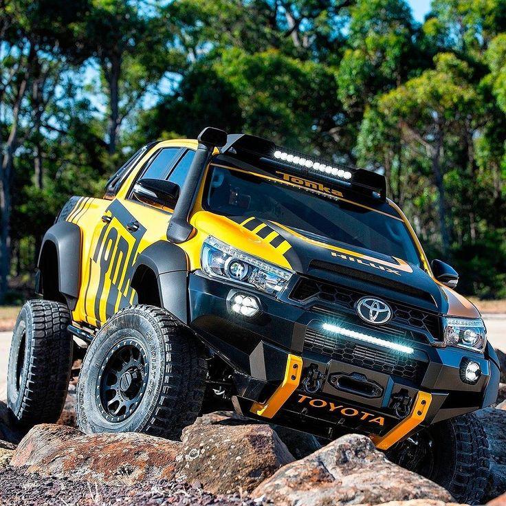 Toyota HiLux Tonka Concept 2017 Picape é criação da Toyota australiana em parceria com a marca de miniaturas Tonka. O resultado é um 'brinquedo para gente grande' em tamanho real! Derivada da Hilux SR5 (conhecida aki como SRX) tem suspensão elevada em 15 cm e pneus off-road de 35 polegadas. Na frente tem um guincho enquanto a caçamba leva um estepe e tanques auxiliares. O motor é o mesmo 2.8 turbodiesel de 177 cv. #CarroEsporteclube #Toyota #ToyotaHilux #Hilux