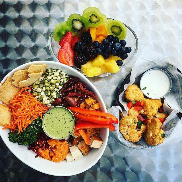 """Un des nombreux avantages d'être végane, c'est que tu ne te sens plus """"lourd"""" ou endormi après un repas. Also: vegan food is the most delicious and beautiful food in the world! Eat the rainbow and be kind to yourself and the animals. ✌️ Feat. Les plats nourrissants de @delicieuxvfc avec produits frais (de la fruiterie d'à côté!) et mostly organic 🌱 #vegan #veganfoodshare #whatveganseat #vegansofig #veganmtl #plantbased #plantbaseddiet #wholefoods #montrealfood #mtlfood #restomtl…"""