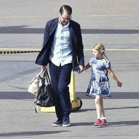 """26 gilla-markeringar, 1 kommentarer - H.K.H. Prinsessan Estelle (@princessestelleofsweden) på Instagram: """"Estelle and her daddy Prince Daniel arriving at Kalmar Öland Airport on July 14, 2017😍💙✈ ~ Estelle…"""""""