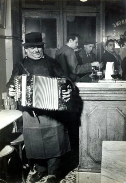 The accordionist, Paris, 1955 / Robert Doisneau