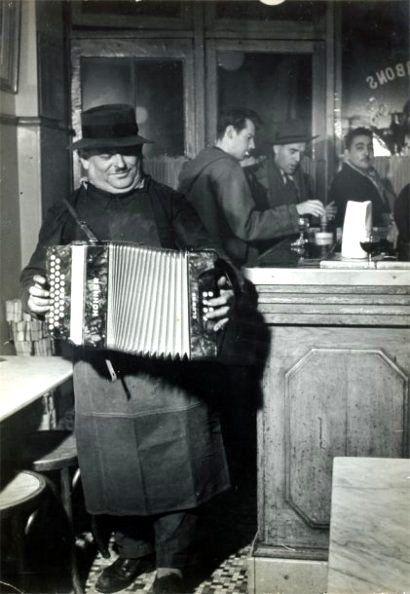 The accordionist, Paris, 1955 / Robert Doisneau
