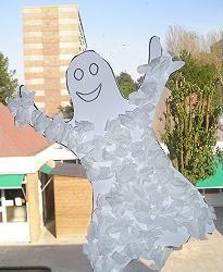 * Halloween! Teken op wit papier een spook. Knip deze uit. Maak propjes van crêpepapier. Deze propjes ga je op je spook plakken.