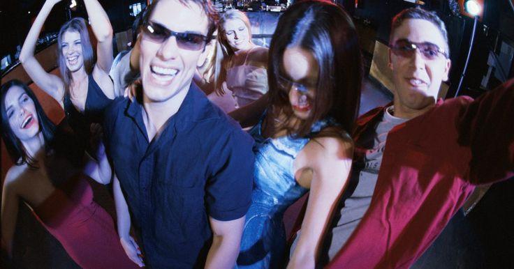 Cómo tomar fotografías de noche en un bar. Fotografiar un evento en interiores bajo una luz normal puede ser retador. Pero cuando apagas todas las luces, agregas cientos de personas en una pequeña habitación y subes el volumen de la música, puede ser casi imposible fotografiar efectivamente. Estas son las condiciones normales de un bar o club nocturno, y los buenos fotógrafos de eventos ...