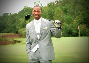 Noivo negro com traje cinza e taco de golfe. Foto: Calvin Bolden Photography.