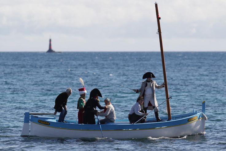 Frank Samson, sosie officiel de Napoléon depuis dix ans, s'apprête à débarquer à Golfe-Juan dans les habits de l'Empereur, lors de la reconstitution du bicentenaire. - Jean-Christophe Magnenet - AFP