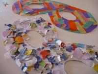 Come decorare sagome di mascherine utilizzando coriandoli e stelle filanti