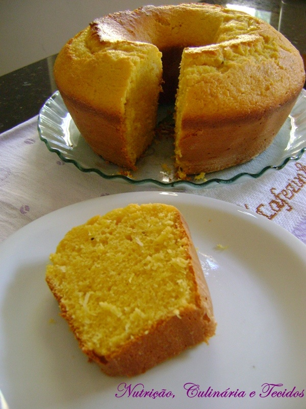 Bolo de Milho Verde  Ingredientes:  1 lata de milho verde escorrida, 3 ovos, 1/2 xícara (chá) de óleo, 1 xícara (chá) de açúcar, 1 xícara (chá) de farinha de trigo (+ ou -), 1 xícara (chá) de fubá, 1 colher (sopa) de fermento em pó, 1 pires de queijo minas curado ralado, 1 colher (sopa) de erva doce,  Modo de preparo:  Bater o milho, os ovos, o óleo e o açúcar.  Juntar os ingredientes restantes mexer bem.  Levar ao forno pre aquecido até corar.  (A receita não leva leite.)