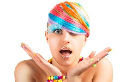 (Zentrum der Gesundheit) - Was tut Frau oder Mann heutzutage nicht alles, um schön zu sein? Für ein attraktives Äusseres sind sie bereit, viel Zeit und Geld zu investieren. Nur die Beste Kosmetik ist gut genug. Für eine samtweich gepflegte Haut sowie brillant glänzendes Haar lohnt sich scheinbar jeder Aufwand. Doch welche Inhaltsstoffe, welche Gifte verbergen sich in den Kosmetik-Produkten