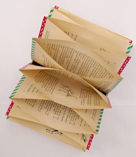 Eine Upcycling - Fächermappe aus einem Buchumschlag mit innenliegenden Taschenfächer aus einigen der dazugehörigen Buchseiten... zu befüllen mit Quittungen, Erinnerungsschnipseln, Postkarten,...