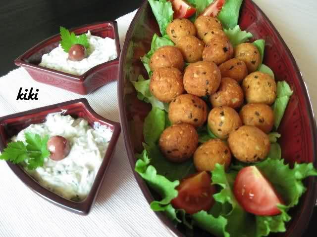 Recept voor kaasbolletjes en tzatziki saus. Lekker hapje! Hak alle ingrediënten voor de kaasbolletjes of maal alles in een blender. Maak er bolletjes van en frituur ze in een pan met olie